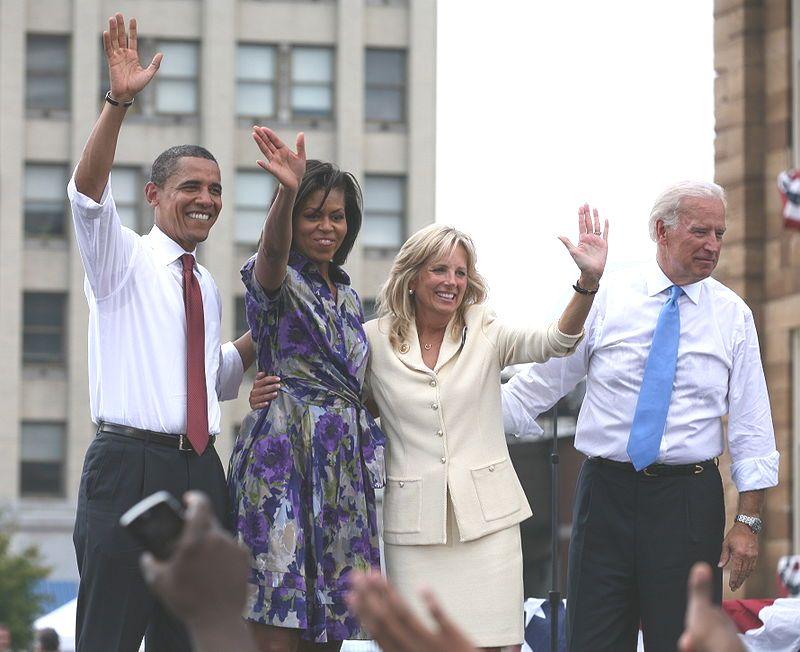 Картинката не може да има празен alt атрибут; името на файла е Obamas_and_Bidens.jpg